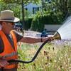 Bauhof-Mitarbeiter versorgen die Grünflächen mit dem kostbaren Nass