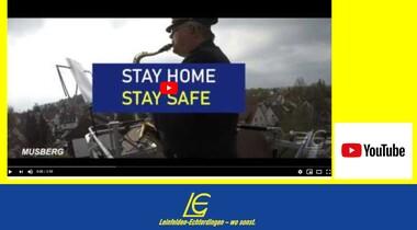Feuerwehr LE spielt in der Corona-Krise auf Drehleiter Musik