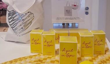 Beim Kauf eines Duftes 'A Girl in Capri'  eine süße Sommertasche als Geschenk dazu
