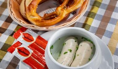 Kesselfrische Weißwürstl mit echtem Münchner Weißwurst-Senf und dazu a Brez'n