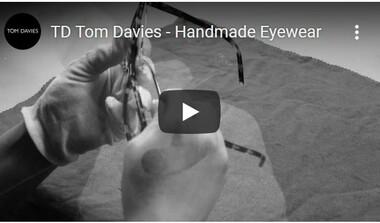 Tom Davies: maßgeschneiderte Brillen mit Namensgravur