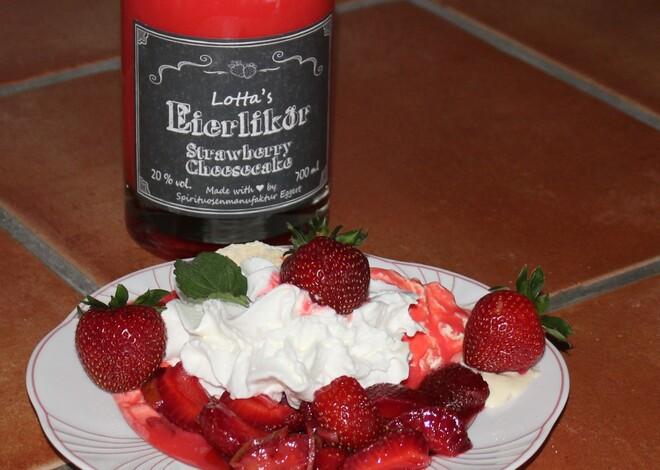 Frische Erdbeeren, Vanilleeis und Lotta's Strawberry Cheesecake