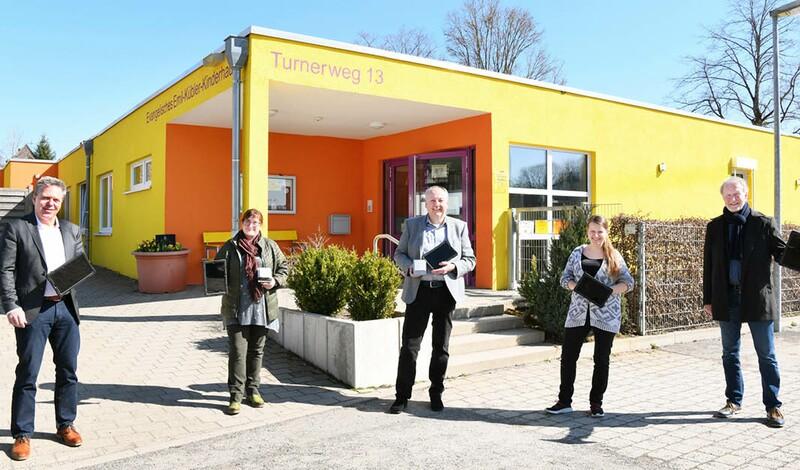 Krankenpflegeförder- + Betreuungsverein spenden Tablets und CO2-Melder für Kindergärten