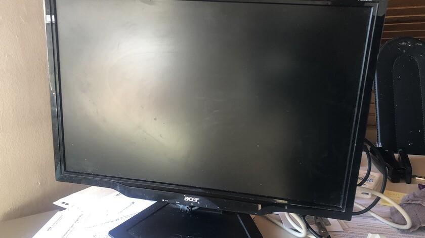 Monitor ohne Beschädigung, sieht im Licht nur so aus